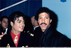 1986- The 28th Grammy Awards Th_799160841_007_32_122_364lo