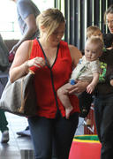 http://img135.imagevenue.com/loc582/th_470465402_Hilary_Duff_heads_to_Babies_First_Class10_122_582lo.jpg