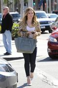 http://img135.imagevenue.com/loc587/th_762589445_Hilary_Duff_at_Crumbs_bakery10_122_587lo.jpg